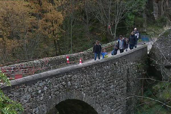 Montpezat-sous-Bauzon (Ardèche) : le pont menant au hameau des Grisières est interdit à la circulation. Seuls les riverains ont le droit pour l'instant de l'emprunter à pied... une situation qui risque de s'éterniser.