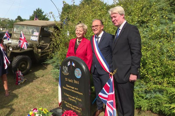 Le Comte Charles Spencer devant la stèle qui rappelle la Libération le 23 août 1944 sous le commandement de son père, Edward.