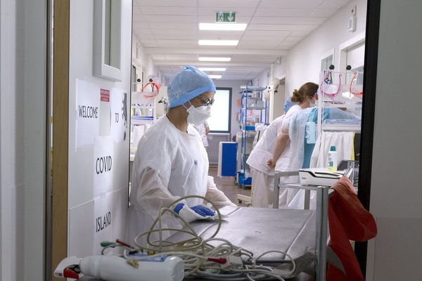 L'Agence régionale de santé de Corse comptabilise désormais les personnes positives au coronavirus testées dans les hôpitaux et en ambulatoire: en tout 513 cas sont confirmés ce mercredi. Un nouveau décès est à déplorer en Ehpad, portant à 40 le nombre de morts sur l'île depuis le début de l'épidémie.