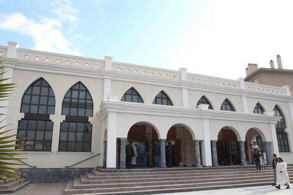 La mosquée de Fréjus (Var) a échappé en justice à la démolition, malgré des irrégularités dans le permis de construire, ce qui constitue un revers pour la municipalité FN, adversaire résolu de ce lieu de culte.