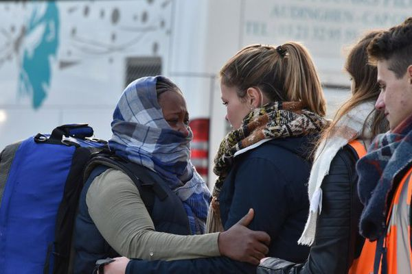Cette femme fait ses adieux aux responsables du centre Jules-Ferry.