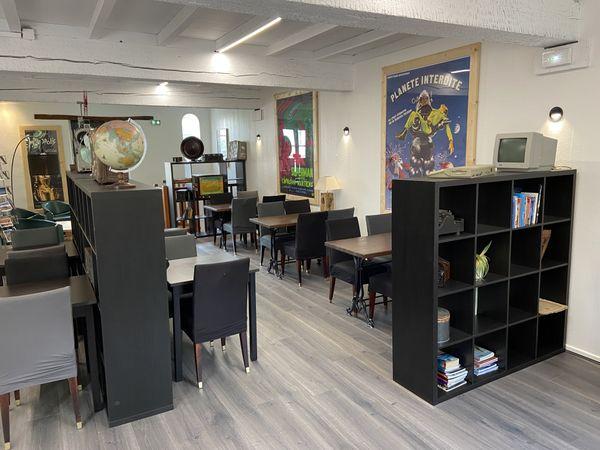 """A l'intérieur du restaurant, une ambiance """"cosy"""", entre meubles chinés dans les brocantes et décoration vintage."""