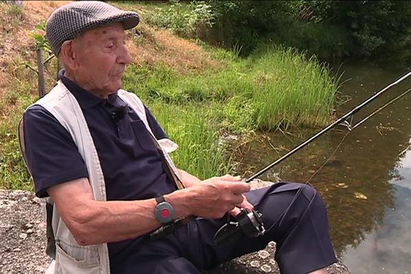Cela fait depuis 1945 que Maurice, 99 ans, a son permis de pêche.