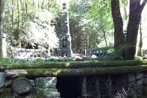 Le monument rendant hommage aux maquisards tués par les allemands dans le Bois du Thouraud a été érigé en 1947.
