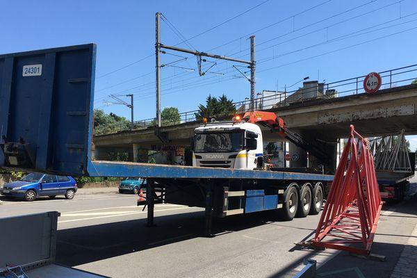 Un convoie exceptionnel a accroché le pont de chemin de fer qui enjambe le boulevard Victor Hugo à Nantes, le 25 mai 2020