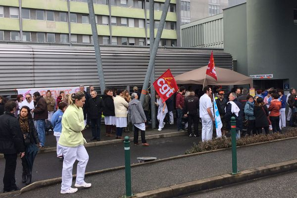 Ils étaient une centaine à manifester vendredi devant les urgences de l'hôpital de Vichy pour des soins de qualité et des moyens supplémentaires.