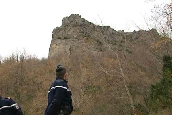 Une paroie verticale haute de 200 métres méne au sommet du pic de Bugarach.
