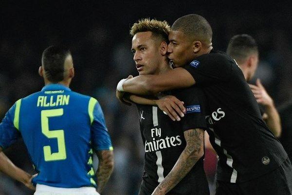 Neymar et Kylian Mbappé lors de la rencontre du PSG face à Naples au stade San Paolo, le 6 novembre 2018.