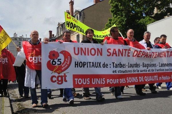 Environ 500 personnels hospitaliers des Hautes-Pyrénées ont défilé dans les rues de Tarbes cet après-midi