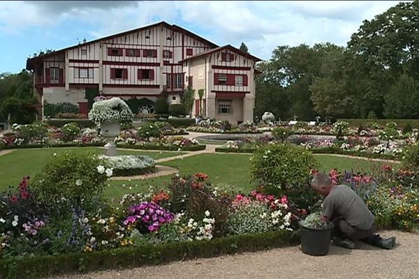 Jean-François Oxarango dans les jardins à la Française de la Villa Arnaga à Cambo-les-Bains