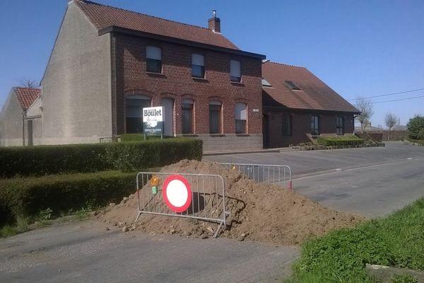 Lundi, un tas de terre bloquait cette route entre France et Belgique.