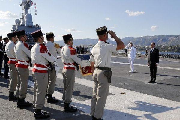 Le chef de l'Etat passe les troupes en revue sur le pont d'envol du Charles-de-Gaulle.