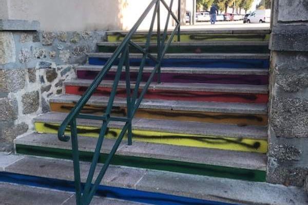Les marches arc-en-ciel de l'escalier de Saint-Junien ont été taguées de noir.