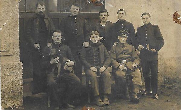 Fredric Brandstaedt  ( assis à droite avec une casquette ) en 1916 entouré de prisonniers de guerre dans les Balkans.