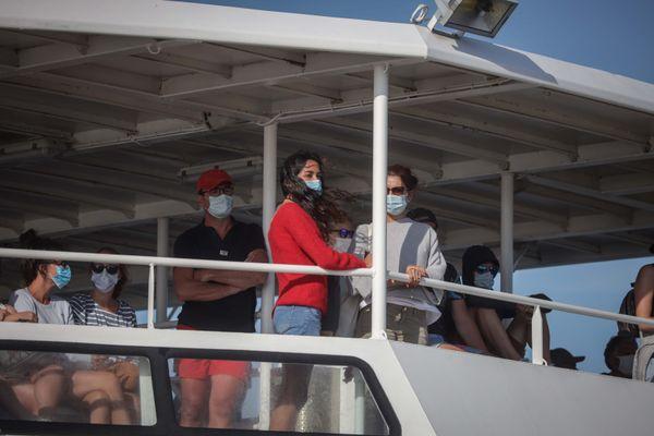Des vacanciers masqués prenant le ferry pour l'île d'Aix, le 3 août 2020 (photo d'illustration).