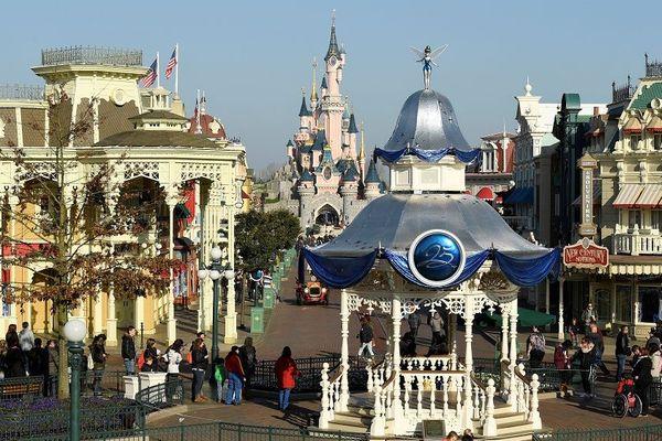 Le parc d'attraction reste ouvert malgré un cas de Coronavirus détecté parmi les 18 000 salariés.