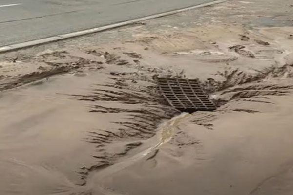 Les égouts débordent de boue à Paillencourt après un violent orage.