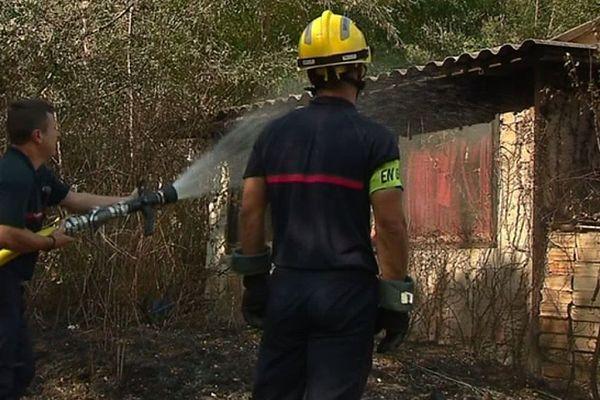 Suite à la sécheresse, les risques d'incendies de forêts ont fortement augmenté et menacent parfois les habitations, si leurs alentours ne sont pas débroussaillés.