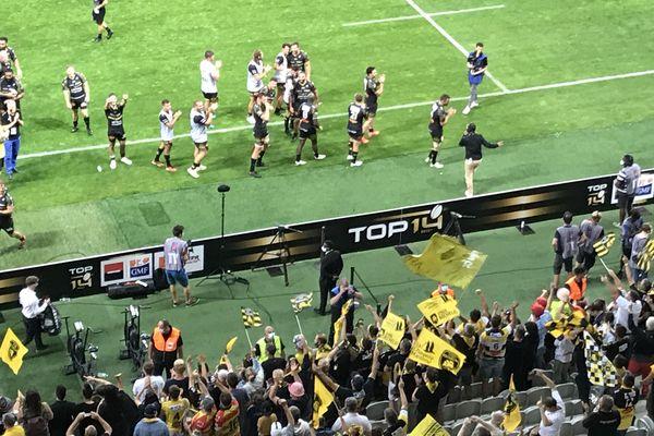 Les joueurs rochelais sont veus saluer leurs supporters présents au stade Pierre Mauroy