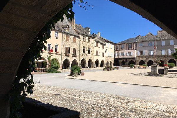 Sauveterre-de-Rouergue se situe à une trentaine de kilomètres au sud-ouest de Rodez (Aveyron)