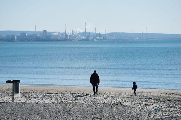 Complexe industriel de Fos-sur-Mer depuis les plages