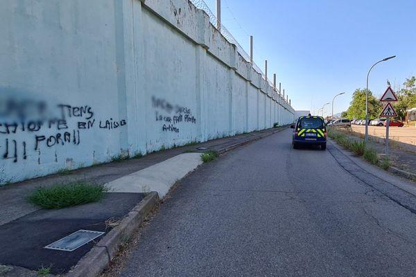 Les tags découverts sur le mur d'enceinte de la prison de Borgo lundi 27 juillet.