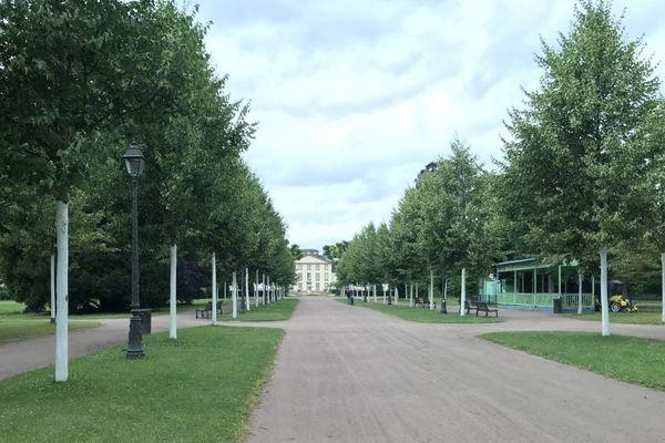 Les arbres blanchis devant le Pavillon Joséphine, à l'Orangerie de Strasbourg
