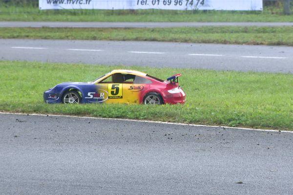 Une voiture télécommandée peut rouler jusqu'à 90 km/h, en fonction du modèle et de sa puissance.