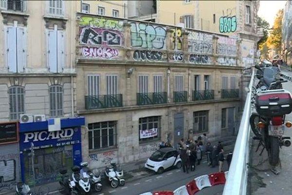 La cour de l'école Cours Julien est située sur le toit-terrasse d'un bâtiment municipal désaffecté