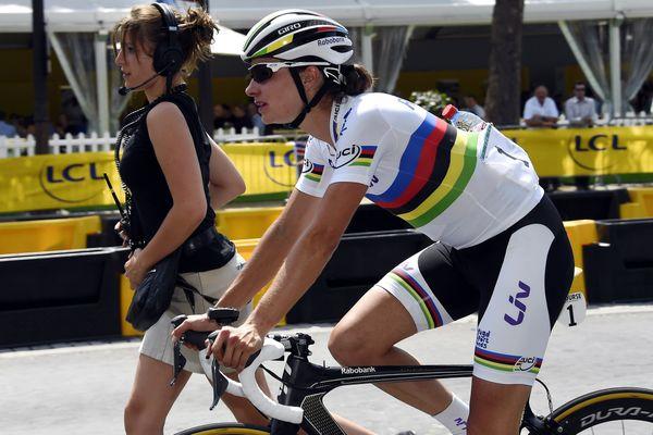 La première à avoir remporté la Course féminine by le Tour de France, c'est la Néerlandaise championne du monde de course sur route Marianne Vos, le 27 juillet 2014 à Paris.