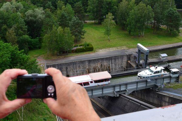 Le mécanisme permet aux bateaux de monter de 45 mètres en 4 minutes