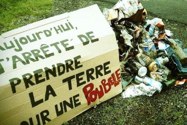"""Illustration de la page facebook """"Action dépollution du 52"""" avec le slogan """"Aujourd'hui j'arrête de prendre la terre pour une poubelle"""" écrit sur une pancarte à côté d'un tas de déchets."""
