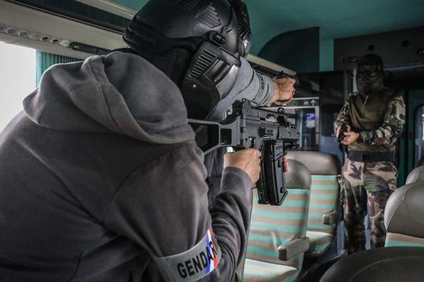 Des membres du GIGN s'entraînent en cas d'attentat dans un train.