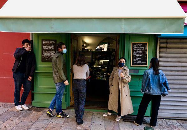 Les clients patientent sur le trottoir, en attendant leur commande