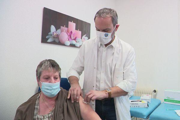 Le maire d'Evreux, également médecin urgentiste, vaccine lui-même les habitants.