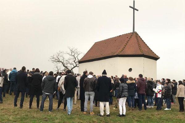 250 personnes devant la chapelle du Bollenberg pour déposer une rose blanche en hommage à Estelle Luce