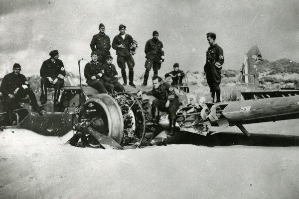 Des soldats allemands posant sur la carlingue d'un bombardier Bristol Blenheim britannique abattu près de Boulogne-sur-Mer (photo non datée).