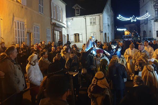 Une centaine de personnes dans les rues de Pesmes en cette veillée de Noël.