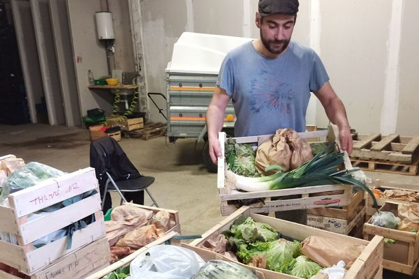 David Fernandes prépare ses commandes de fruits et légumes pour les livrer à ses clients.