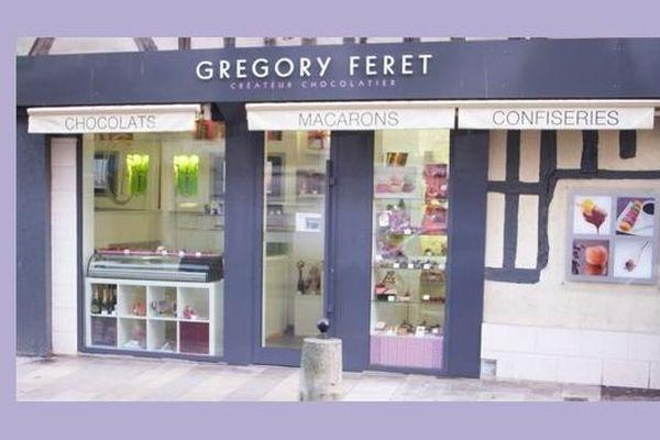 La chocolaterie Féret à Auxerre, dans l'Yonne, se retrouve au centre d'une polémique due à des friandises, créées il y a près d'un siècle dans une France coloniale.