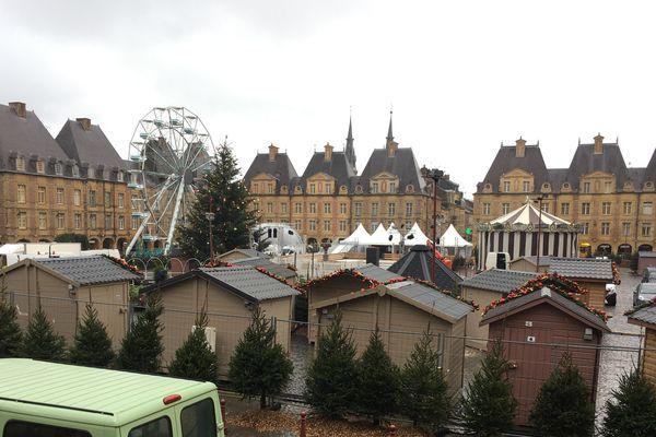 La place Ducale de Charleville-Mézières se prépare aux fêtes de fin d'année avec toute la magie de son marché Noël