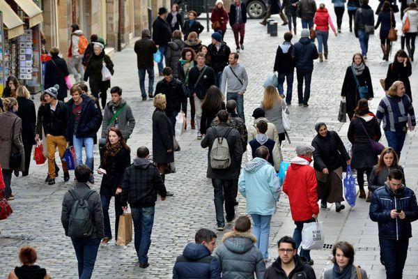 Des passants dans les rues de Rennes