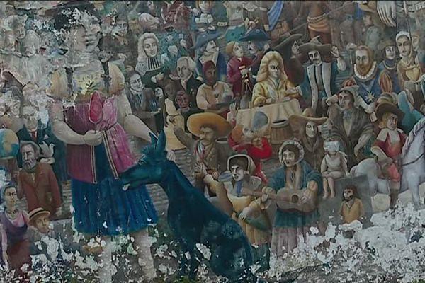 La petite géante de Royal de Luxe et tous les personnages qui l'entourent sur la fresque située près du CHU de Nantes ont beaucoup souffert du temps.