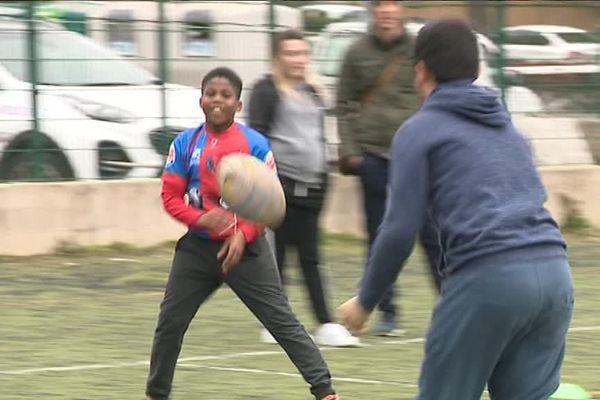 Une passe bien maîtrisée pour ces jeunes amateurs de rugby.
