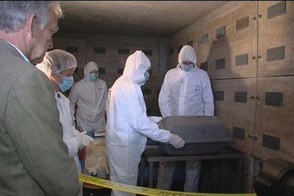 Un corps a été exhumé vendredi 13 septembre 2013 au cimetière allemand de Huisne-sur-Mer pour des tests ADN. Il pourrait s'agir d'un soldat canadien.