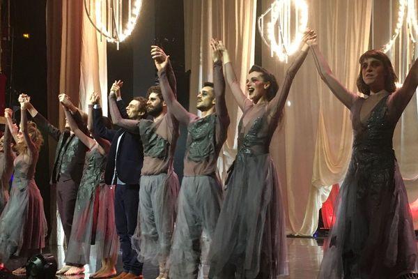 La troupe Des Souliers Rouges pièce présentée aux Folies Bergère à Paris.