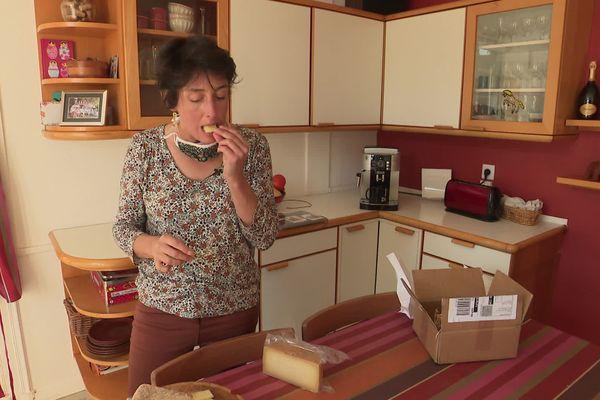 Marie, crowdfarmer au Pays basque reçoit son fromage à la maison.
