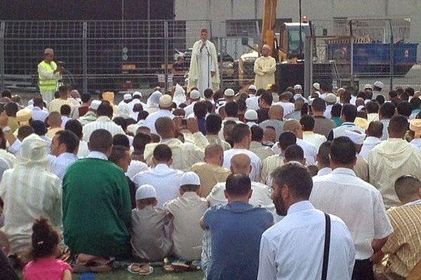 Montpellier - au moins 15.000 Musulmans ont célébré la fin du Ramadan sur la pelouse du stade annexe de La Mosson - 28 juillet 2014.