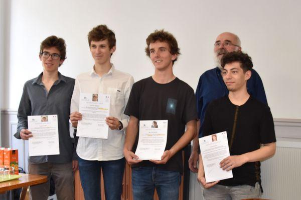 Les lauréats à la Bourse de voyage Zellidja exhibent fièrement le chèque qui leur a été remis