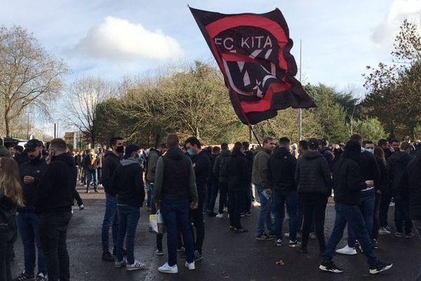 Environ 4 à 500 personnes se sont rassemblées en début d'après-midi près du stade de la Beaujoire.